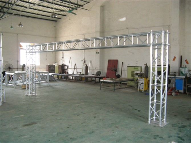 Aluminum truss design for aluminum stage system booth